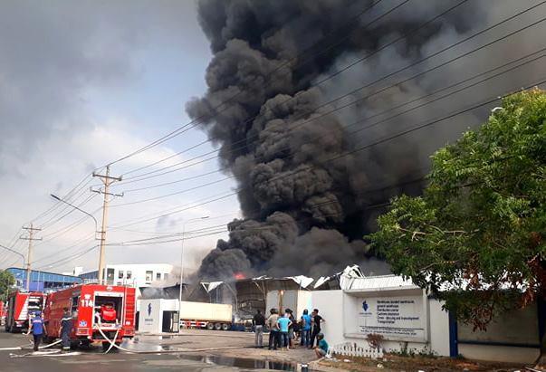 Bình Dương: Đang cháy lớn tại KCN Sóng Thần 2, hàng chục xe cứu hỏa được điều tới hiện trường - Ảnh 1.