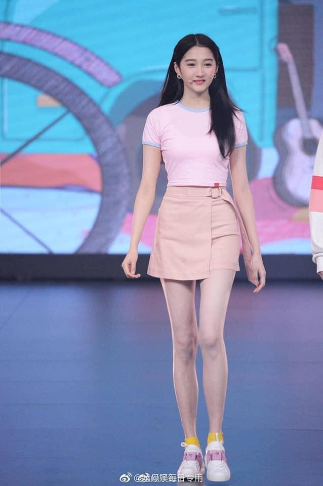 Dương Mịch, Địch Lệ Nhiệt Ba so kè danh hiệu đôi chân đẹp nhất xứ Trung, cư dân mạng than thở: Chẳng khác gì bộ xương khô  - Ảnh 2.