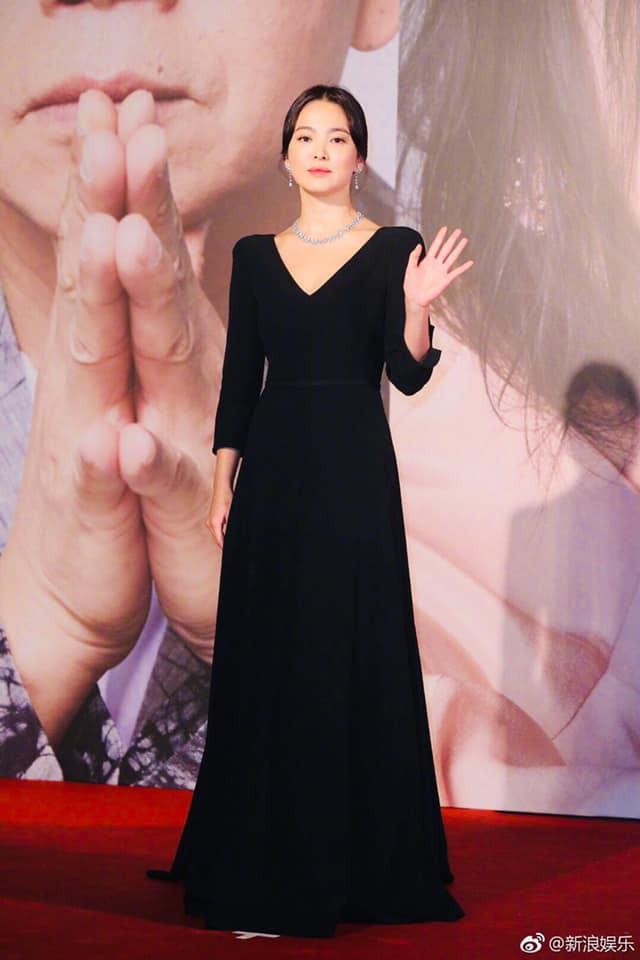 Song Hye Kyo xuất hiện công khai sau loạt tin đồn, tay không đeo nhẫn cưới nhưng trang phục lại khiến fan đồn đoán chuyện mang thai - Ảnh 2.