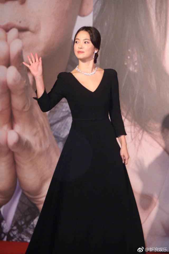 Song Hye Kyo xuất hiện công khai sau loạt tin đồn, tay không đeo nhẫn cưới nhưng trang phục lại khiến fan đồn đoán chuyện mang thai - Ảnh 4.