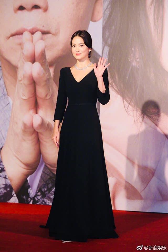 Song Hye Kyo xuất hiện công khai sau loạt tin đồn, tay không đeo nhẫn cưới nhưng trang phục lại khiến fan đồn đoán chuyện mang thai - Ảnh 5.