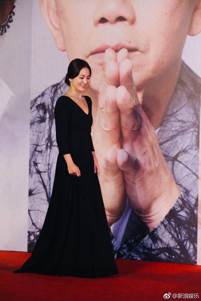 Song Hye Kyo xuất hiện công khai sau loạt tin đồn, tay không đeo nhẫn cưới nhưng trang phục lại khiến fan đồn đoán chuyện mang thai - Ảnh 7.