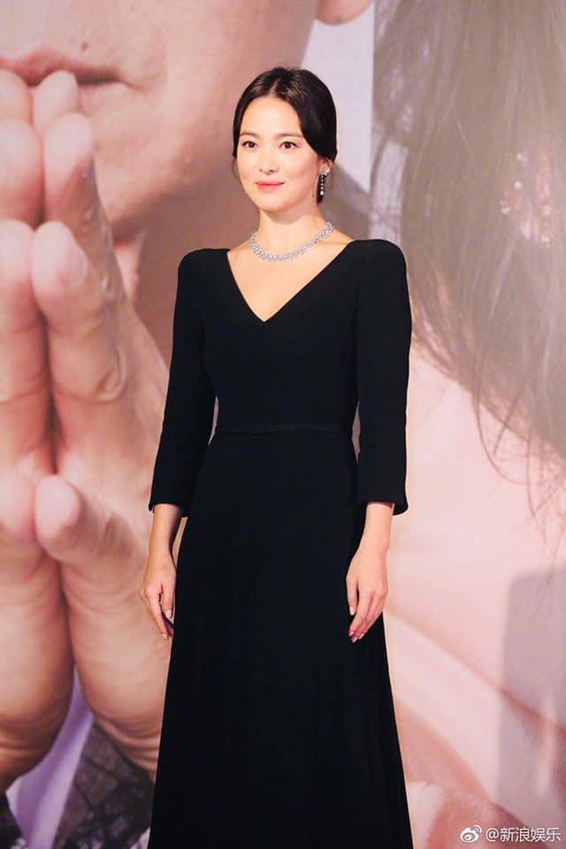 Song Hye Kyo xuất hiện công khai sau loạt tin đồn, tay không đeo nhẫn cưới nhưng trang phục lại khiến fan đồn đoán chuyện mang thai - Ảnh 8.