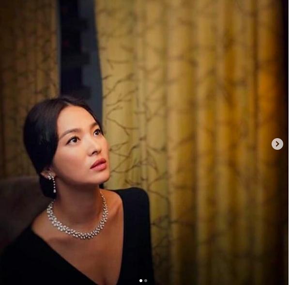 Sau bão tin đồn ly hôn, Song Hye Kyo chụp ảnh tình tứ cùng một người đàn ông khác, không phải Song Joong Ki  - Ảnh 2.