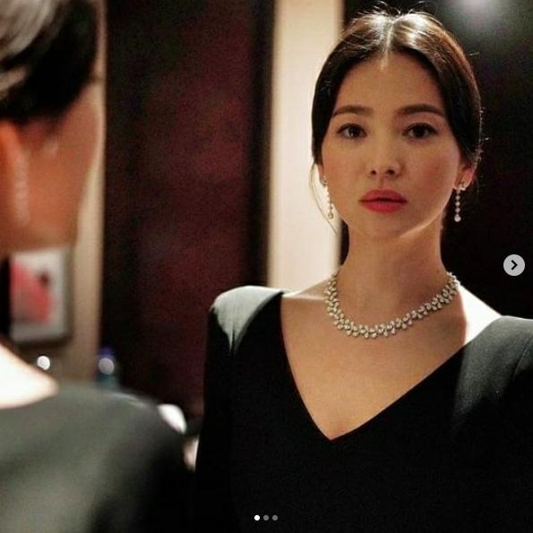 Sau bão tin đồn ly hôn, Song Hye Kyo chụp ảnh tình tứ cùng một người đàn ông khác, không phải Song Joong Ki  - Ảnh 3.