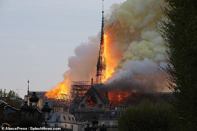 Háo hức đến ngày cả nhà sang Pháp tháng 7 tới, vợ chồng Hằng Túi bàng hoàng khi Nhà thờ Đức Bà Paris cháy lớn - Ảnh 6.