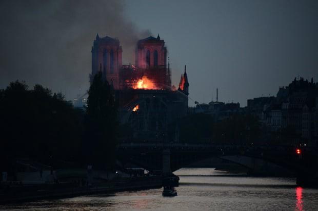 Cháy dữ dội bao phủ Nhà thờ Đức Bà Paris, đỉnh tháp 850 năm tuổi sụp đổ - Ảnh 1.