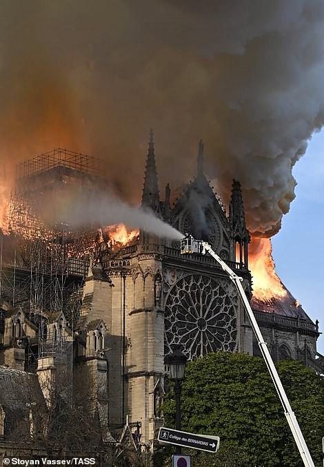 Cháy Nhà thờ Đức Bà ở Paris: Vì sao không thể chữa cháy từ trên không? - Ảnh 2