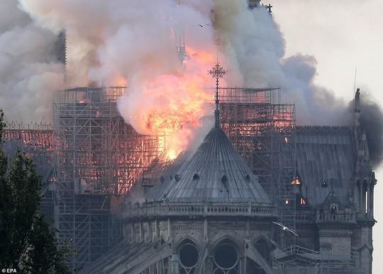Cháy Nhà thờ Đức Bà ở Paris: Vì sao không thể chữa cháy từ trên không? - Ảnh 5