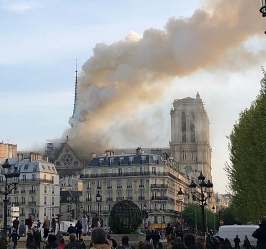 Cháy Nhà thờ Đức Bà ở Paris: Vì sao không thể chữa cháy từ trên không? - Ảnh 6