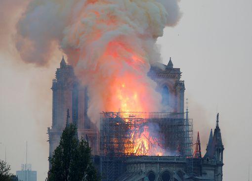 Cháy Nhà thờ Đức Bà ở Paris: Vì sao không thể chữa cháy từ trên không? - Ảnh 7