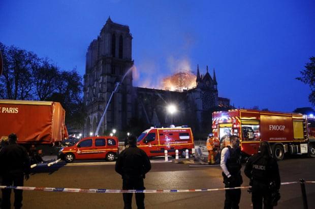 Cháy dữ dội bao phủ Nhà thờ Đức Bà Paris, đỉnh tháp 850 năm tuổi sụp đổ - Ảnh 13.