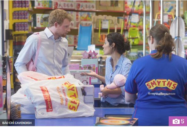 Thực hư đằng sau loạt ảnh Hoàng tử Harry và Meghan bế con đầu lòng đứng trước bệnh viện và đi mua sắm đồ dùng em bé gây xôn xao dư luận - Ảnh 4.