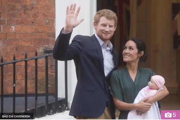 Thực hư đằng sau loạt ảnh Hoàng tử Harry và Meghan bế con đầu lòng đứng trước bệnh viện và đi mua sắm đồ dùng em bé gây xôn xao dư luận - Ảnh 1.