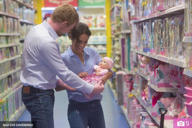 Thực hư đằng sau loạt ảnh Hoàng tử Harry và Meghan bế con đầu lòng đứng trước bệnh viện và đi mua sắm đồ dùng em bé gây xôn xao dư luận - Ảnh 3.