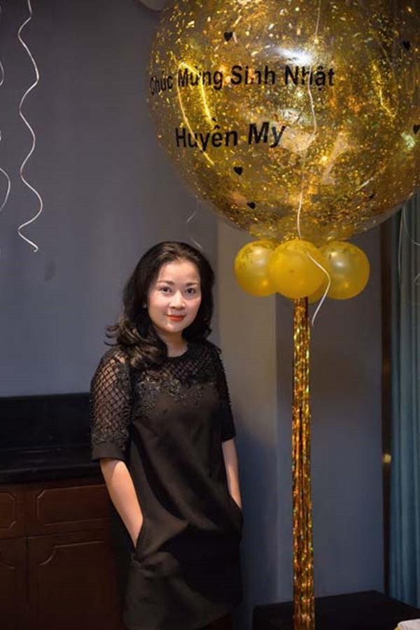 Á hậu Huyền My đi Hàn Quốc công tác, khoe ảnh xinh nhưng tất cả dồn chú ý vào nhan sắc người mẹ U50 - Ảnh 8.