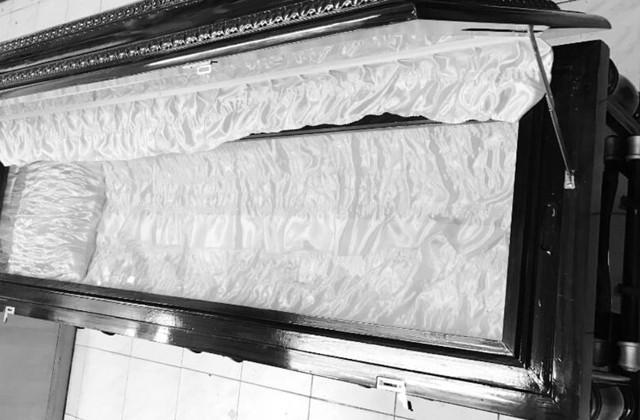 Người đàn ông nghe hai mẹ con than thở tại nhà tang lễ: Không có tiền thì phải làm sao và nói một câu khiến dân mạng động lòng - Ảnh 1.