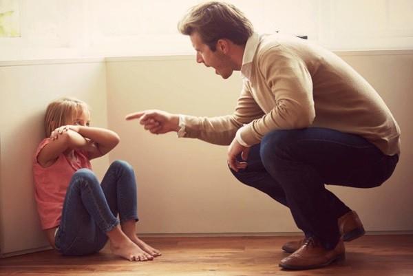 10 thói quen nguy hại cha mẹ hay làm khiến mối quan hệ với con cái bị tan vỡ, khó hàn gắn - Ảnh 2.