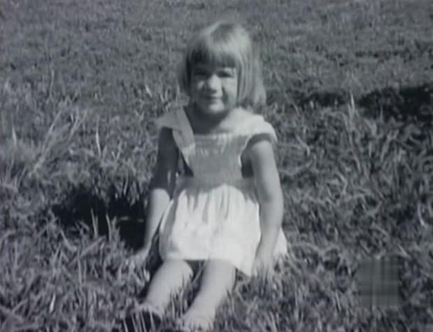 Bé gái 4 tuổi đột ngột qua đời nhưng phải đến 35 năm sau sự thật về người mẹ kế tàn độc mới bị vạch trần - Ảnh 1.