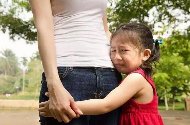 Nếu con bị bạn bắt nạt hay đánh đập ở trường thì đây là điều các bậc phụ huynh nên làm thay vì bảo trẻ mách cô - Ảnh 1.