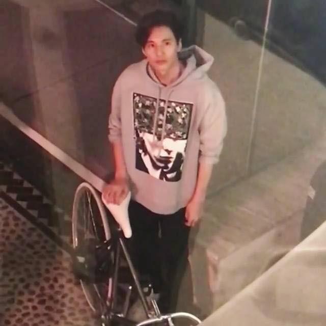 Ảnh hot nhất Kbiz hôm nay: Won Bin để mặt mộc, đạp xe đi mua cà phê mà đẹp như chụp hình tạp chí - Ảnh 4.
