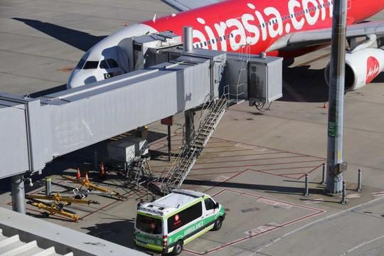 Bé 2 tháng tuổi tử vong trên máy bay AirAsia - Ảnh 1.