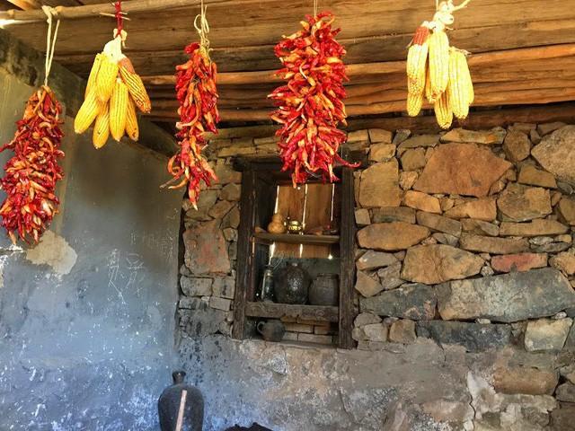Lặng ngắm ngôi làng cổ yên bình, rất ít người biết đến trên vách đá khổng lồ tại Trung Quốc: Một lần tới Bảo Sơn, cả đời ấn tượng khó quên! - Ảnh 15.