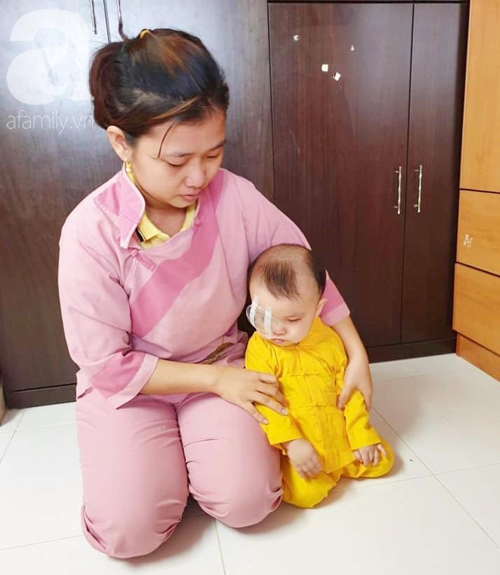 Bé trai 15 tháng tuổi có nguy cơ mù vĩnh viễn, người mẹ trẻ khóc cạn nước mắt đi tìm ánh sáng cho con - Ảnh 5.