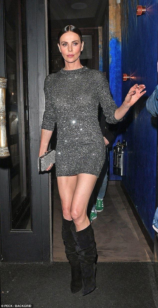 Charlize Theron - tình tin đồn của Brad Pitt trẻ đẹp như nữ thần ở tuổi 43 - Ảnh 4.