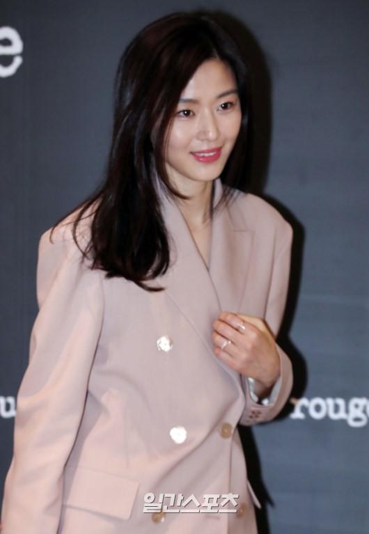 Jeon Ji Hyun và Song Hye Kyo dự sự kiện cùng ngày: Mợ chảnh trẻ hơn dù có 2 con, nhưng vẫn thua chị Song ở điểm này - Ảnh 6.