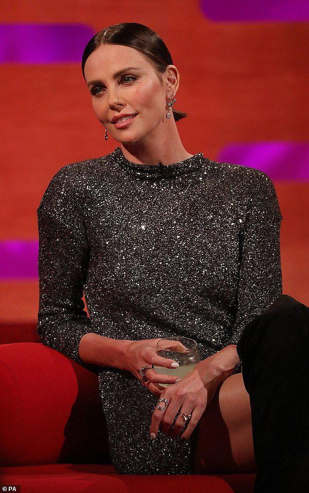 Charlize Theron - tình tin đồn của Brad Pitt trẻ đẹp như nữ thần ở tuổi 43 - Ảnh 9.