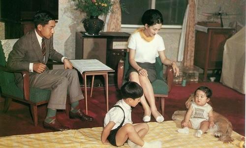 Hoàng hậu Michiko đã phá vỡ quy tắc nuôi dạy của Hoàng gia Nhật như thế nào mà khiến cả dân Nhật ngưỡng mộ và tự hào - Ảnh 3.