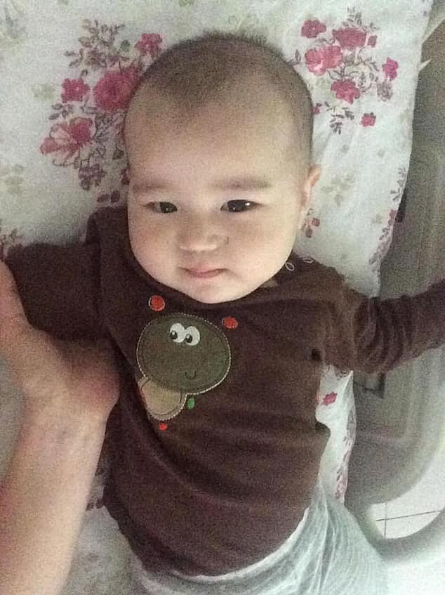 Đưa con trai 10 tháng tuổi đến bệnh viện điều trị bệnh hô hấp, bố mẹ đau đớn thấy cơ thể con bị hủy hoại vì sai lầm khủng khiếp của y tá - Ảnh 1.