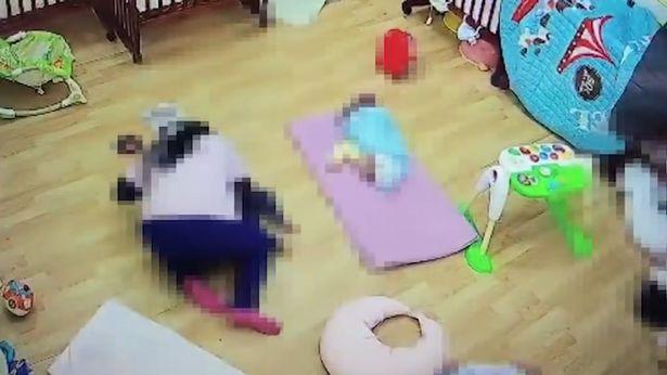 Cô trông trẻ nằm đè lên đầu bé 11 tháng tuổi khiến bé tử vong vì lý do này - Ảnh 2.
