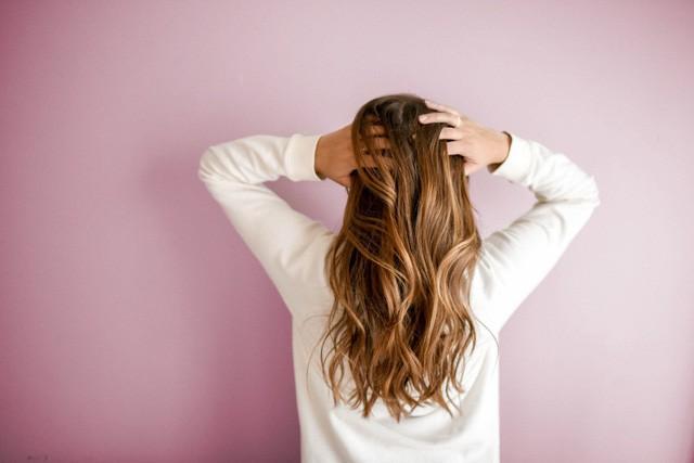 Tóc rụng có thể do bạn đang gặp 1 loạt vấn đề về sức khỏe - Ảnh 2.