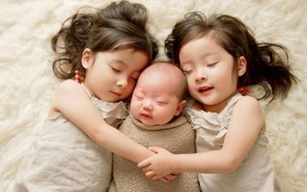 """Những việc mẹ cần lưu ý sau khi sinh thêm em bé để không làm con lớn bị tổn thương và xảy ra """"nội chiến"""" - Ảnh 1."""