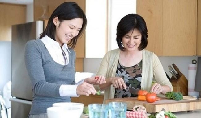 Chị dâu ngày nào cũng mua thịt cá, rau quả tươm tất, tôi đinh ninh rằng mẹ mình được chăm sóc tử tế cho đến khi thấy bát cơm ám ảnh của mẹ - Ảnh 1.