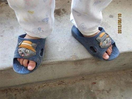 Người mẹ mắng con giữa đường vì suốt ngày mang giày ngược, chuyên gia chỉ ra mẹ có lẽ đã dạy con sai cách - Ảnh 1.