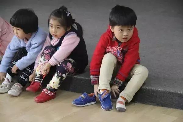 Người mẹ mắng con giữa đường vì suốt ngày mang giày ngược, chuyên gia chỉ ra mẹ có lẽ đã dạy con sai cách - Ảnh 4.