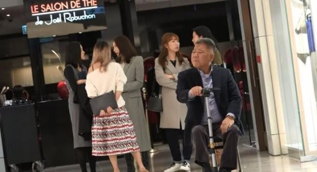 Tỷ phú tàn tật Hong Kong lặng lẽ ngồi xe lăn hộ tống Lê Tư đi gặp đối tác vô cùng tình cảm - Ảnh 4.