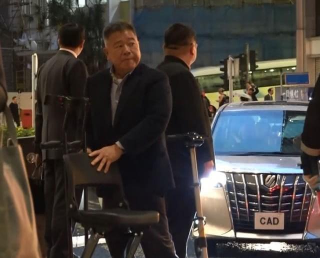 Tỷ phú tàn tật Hong Kong lặng lẽ ngồi xe lăn hộ tống Lê Tư đi gặp đối tác vô cùng tình cảm - Ảnh 8.