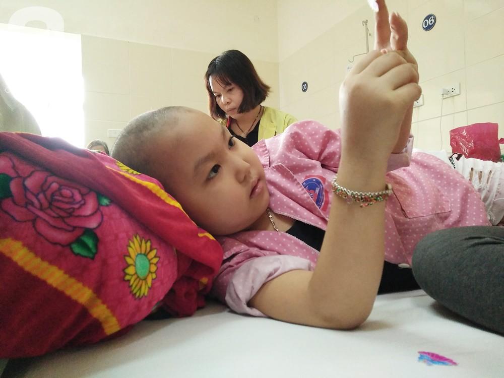 Xót xa câu hỏi mẹ của bé gái 7 tuổi bị ung thư hạch di căn: Tóc con cắt hết rồi, con sắp chết phải không mẹ? - Ảnh 6.
