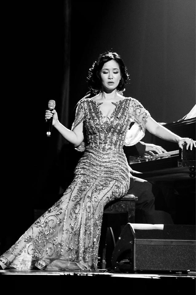 Sau ồn ào chồng cũ lấy vợ mới, đêm qua Hồng Nhung bất ngờ nhận được lời động viên tình cảm từ Hoa hậu này - Ảnh 1.
