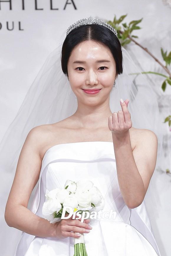Đám cưới hot nhất hôm nay: Vợ chồng Lee Byung Hun đích thân tham dự, Seohyun - Dara xinh đẹp bên Son Ye Jin - Ảnh 4.