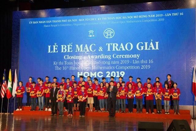 26 suất học bổng được trao cho các học sinh xuất sắc nhất HOMC - Ảnh 1.