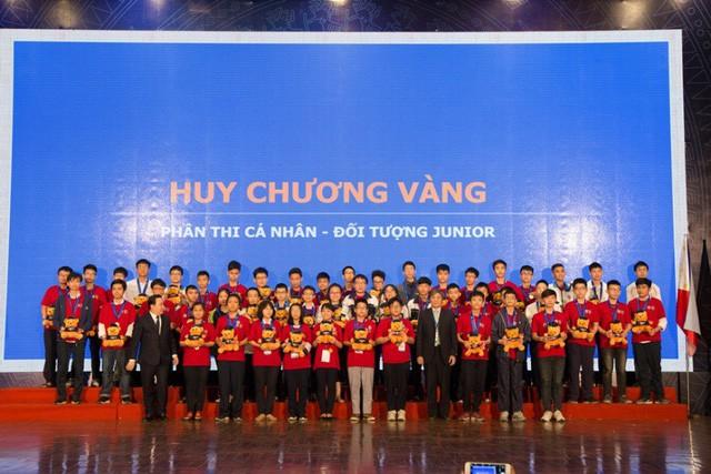 26 suất học bổng được trao cho các học sinh xuất sắc nhất HOMC - Ảnh 3.