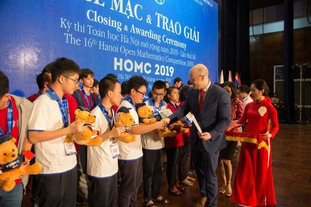 26 suất học bổng được trao cho các học sinh xuất sắc nhất HOMC - Ảnh 5.