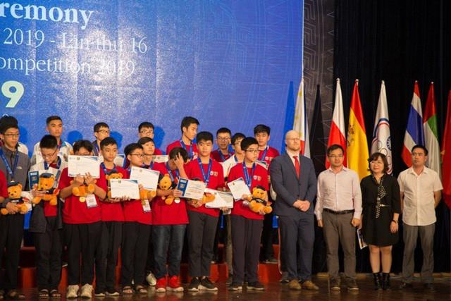 26 suất học bổng được trao cho các học sinh xuất sắc nhất HOMC - Ảnh 6.