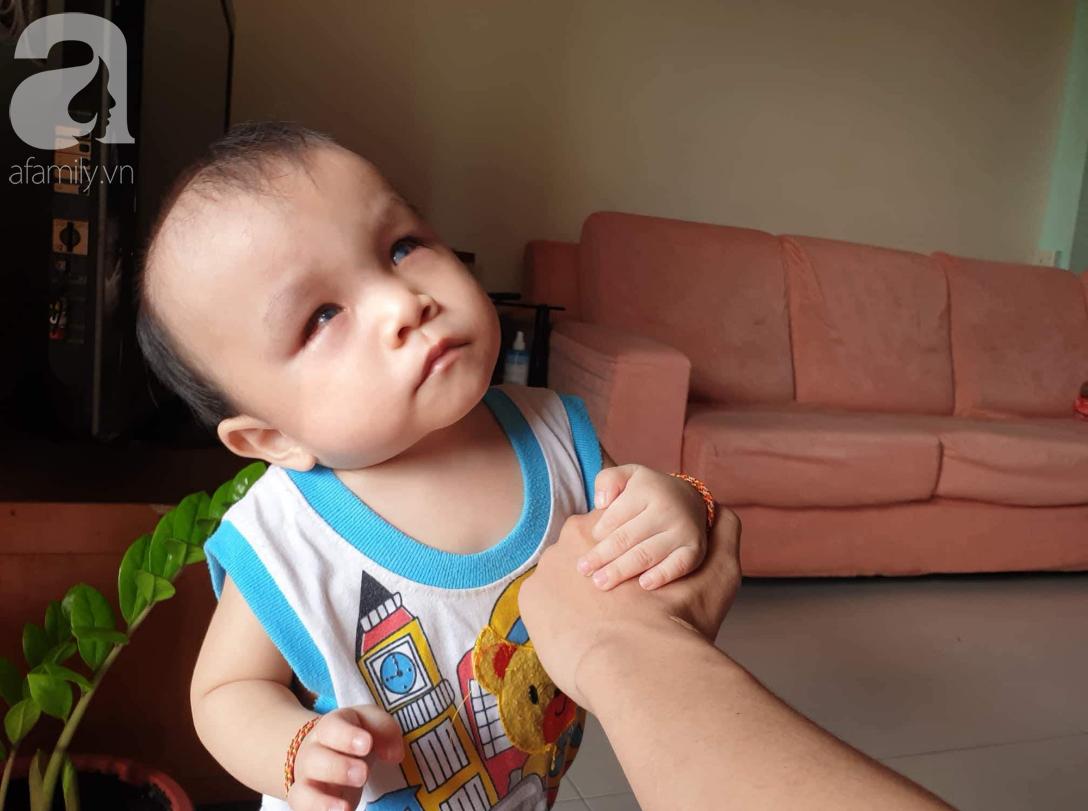 Hi vọng đến với bé trai 15 tháng tuổi bị mù bẩm sinh, mẹ trẻ cúi đầu, ôm con đi tìm ánh sáng - Ảnh 11.