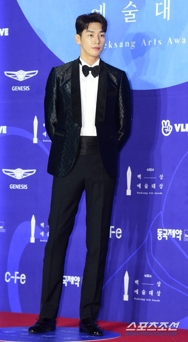 Thảm đỏ Baeksang 2019: Han Ji Min tái hợp bạn trai màn ảnh Hyun Bin, Nam Joo Hyuk - Jung Woo Sung - Ảnh 26.
